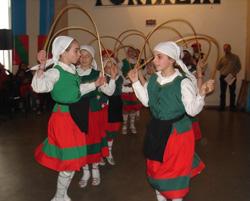 Los dantzaris del Centro Vasco Euzko Etxea de La Plata en plena actuación sanferminera