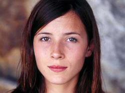 Gaur euskal aktore gazte ezagutua den Barbara Goenaga, 'Urte Ilunak' filmean aritu zen 9 urterekin