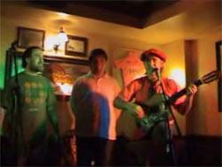 Los bertsolaris Fredy y Xabi Paya junto al payador Wilson el pasado junio en Getxo, en el País Vasco