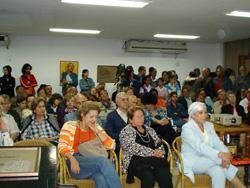 Público reunido en la sala Villena para el visionado del documental 'El onceno maestro' (foto AVNB)