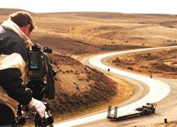 Dokumentalaren grabazioa Patagonian. Errepideko bihurgunean Martin dago, paisaiaren handitasunaren aurrean txiki-txiki