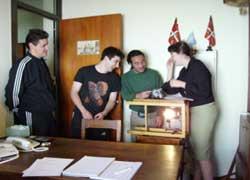 De izquierda a derecha, Arnaud, Marcelo, Miguel y Malena trabajando en el cortometraje de 'BAT'
