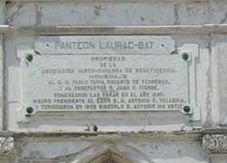 Placa del impresionante panteón Laurac-Bat que se encuentra en un lugar espectacular de La Habana (foto Rakel Agirre-Berria)