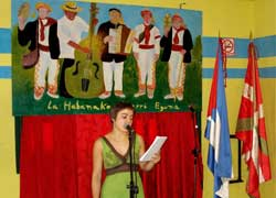 La bertsolari Ainhoa Agirreazaldegi en el Aberri Eguna de La Habana (foto Rakel Agirre-Berria)