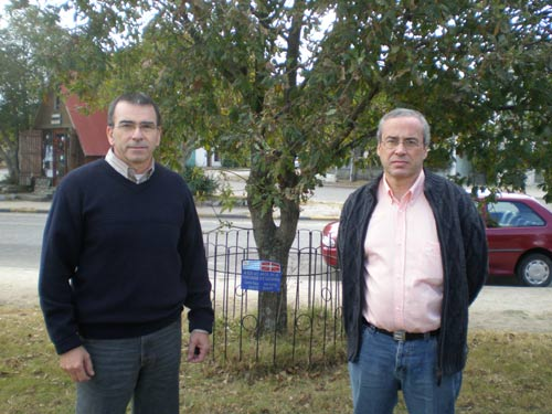 Anberto Bonjour Ansoleaga and Javier Urricarriet, of the Board of Euskal Etxea Basque Club of Juan Lacaze in front of the Tree of Gernika of their town (photo EuskalKultura.com)