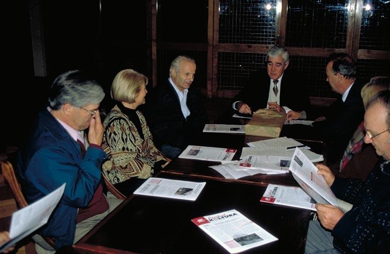 Reunión de la Directiva del Centro Navarro de Chile en una fotografía de archivo (foto EuskalKultura.com)