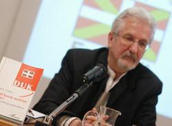 Karoly Morvay durante la presentación, con un ejemplar de la gramática vasco-húngara (fotos I.Cervantes)