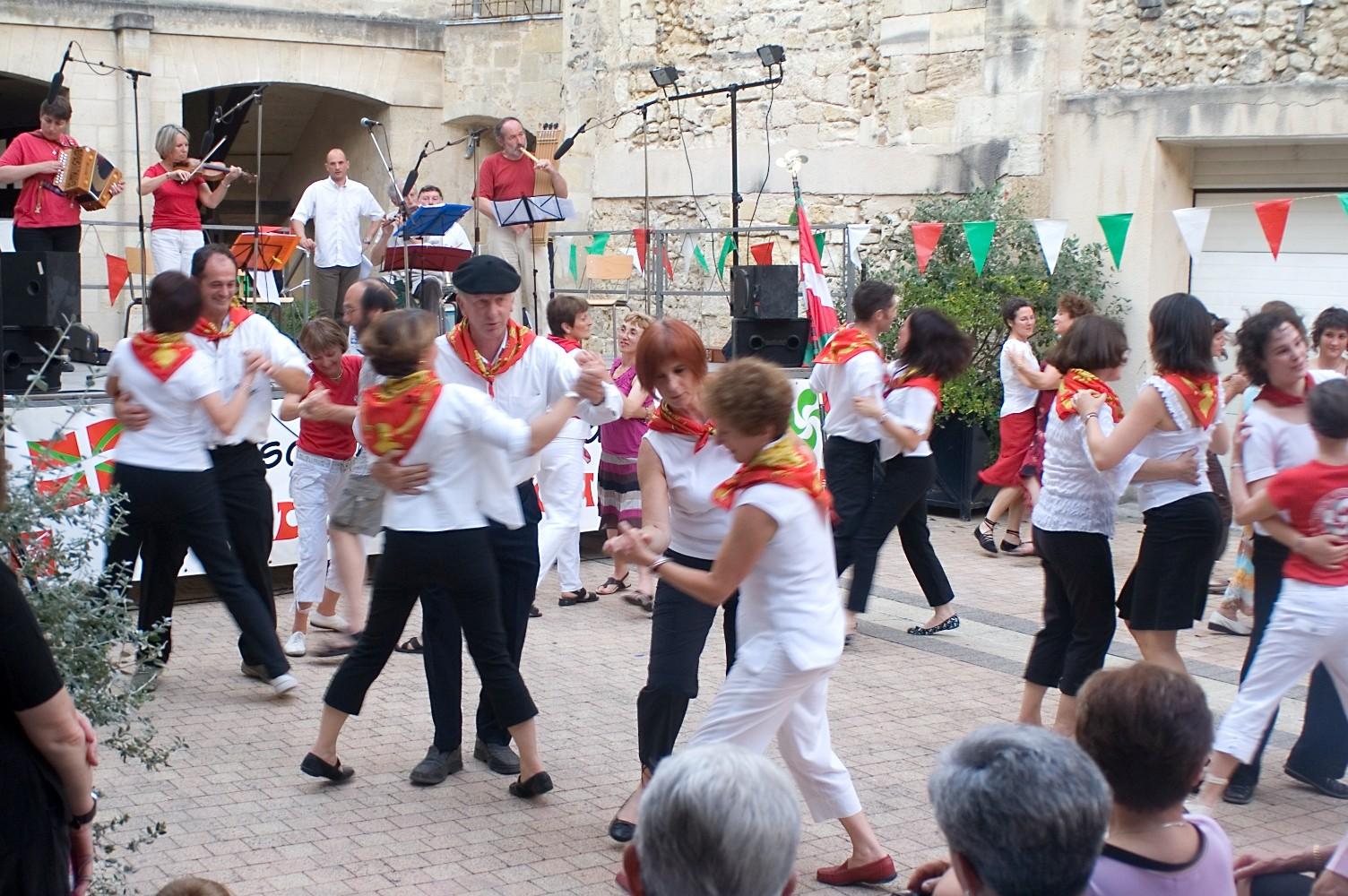 Los dantzaris de Bildu y miembros de Bestalariak se lanzaron a bailar hasta animar a los asistentes (fotos BordelekoEE)