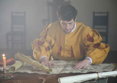 Andres de Urdaneta itsagizonaren papera egin duen aktorea bidaien mapak aztertzen (argazkia Ordiziako Udala)