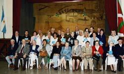Euskal Etxearen sorreran parte hartu zuten kide historikoei omenaldia egin zien Denak Bat elkarteak 2005 urtean