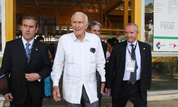 Mauri Lazkano, presidente de SPRI (izquierda), y el Vicepresidente del Consejo de Ministros de Cuba, José Ramón Fernandez (centro), a la salida del recinto ferial