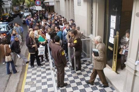 Colas frente al consulado de España en Buenos Aires, en una foto de archivo (foto F. Guastavin)