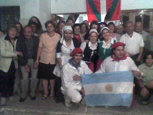 La velada tuvo lugar en una finca cedida por Esteban Marticorena, lehendakari de Eusko Etxea de San Juan, que cuenta con Ofelia Larrea como referente de Cultura. El debut de los dantzaris constituyó todo un éxito.