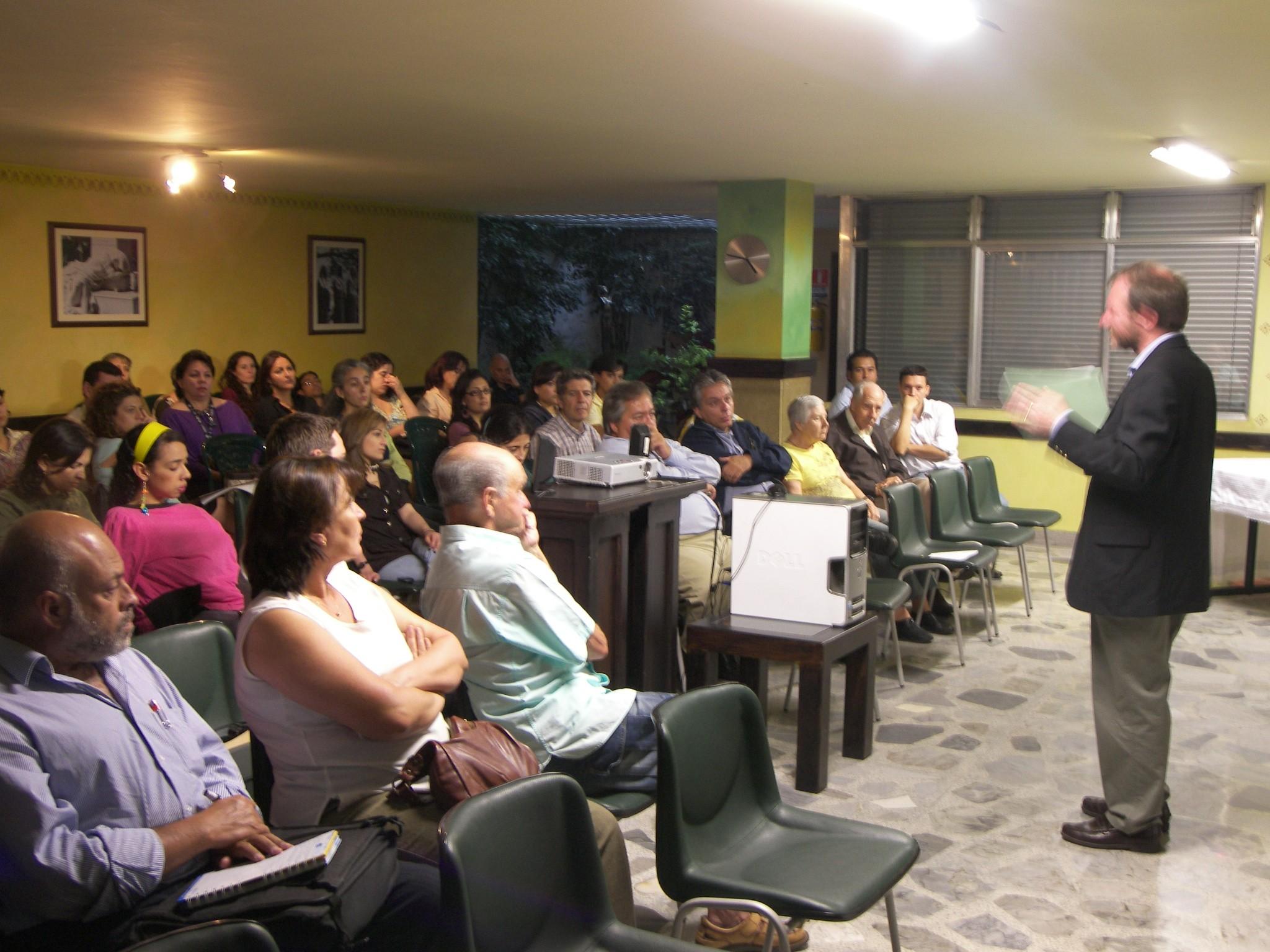 Santiago de Pablo en un momento de la conferencia ofrecida en Medellín (foto CEVAntioquía)