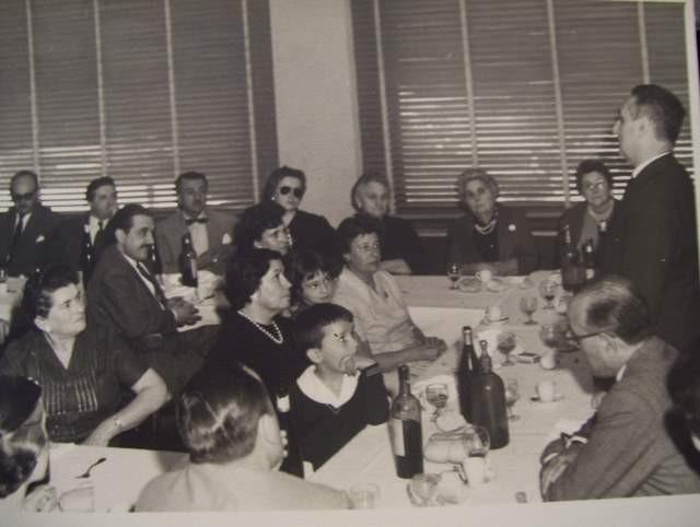 Irudian, eserita eta bibotearekin, Raúl Alfonsín bere emazte María Lorenza Barrenecherekin, Chascomuseko Euskal Etxearen ekitaldi batean (argazkia ChascomusEE)