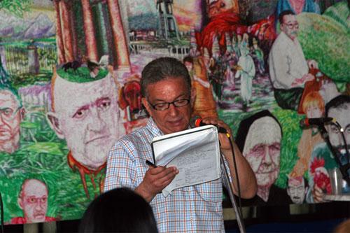 El escritor Edorta Jimenez en un momento de su charla (foto Paysbasqueinfo.com)