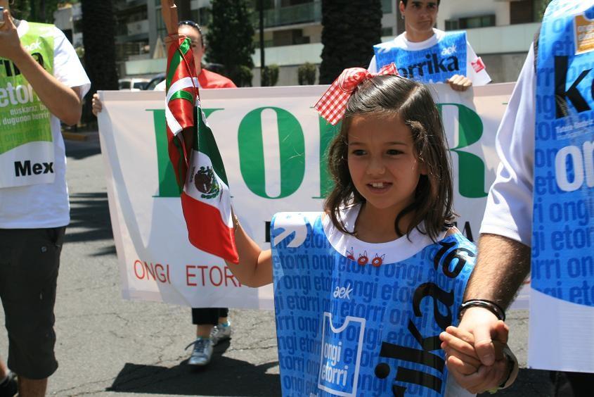 Los más pequeños también arrimaron el hombro para portar el testigo de Korrika 16 en México (foto vascosmexico.com)
