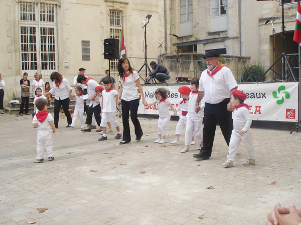 Xitoak taldeko txikien dantza erakustaldia