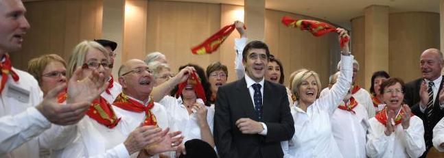 Patxi Lopez lehendakaria eta Rousset Aquitaniako presidentea atzo Bordeleko Euskal Etxeko abesbatzako kideez inguratuta, kantuz eta algaraz