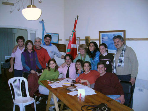 Alejo Martín en el centro con corbata, en una ímagen tomada en el CV de Córdoba durante la visita de una delegación del CV del Chaco