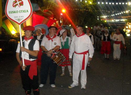 Representación vasca en el Carrusel del Sol, con dantzaris, música en vivo, carruaje, y sobre todo mucho orgullo por presentar como contribución en el año del Bicentenario a tres activas generaciones que continúan en San Juan la larga cadena vasca