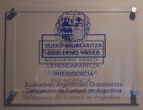 Imagen de archivo de la placa que anuncia en Buenos Aires la Delegación de Euskadi en Argentina (foto EuskalKultura.com)