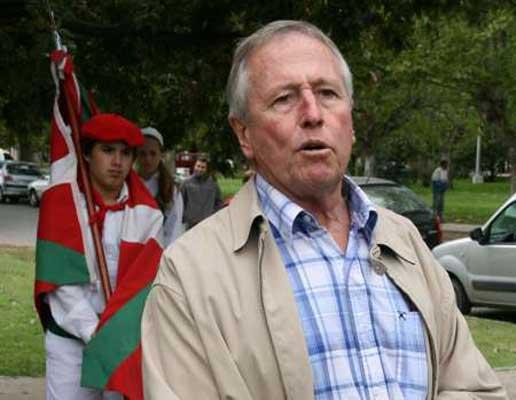 Euzko Etxea-ko lehendakari Felipe Muguerzak hitz batzuk esan zituen Necocheako Aberri Egunaren ospakizunean