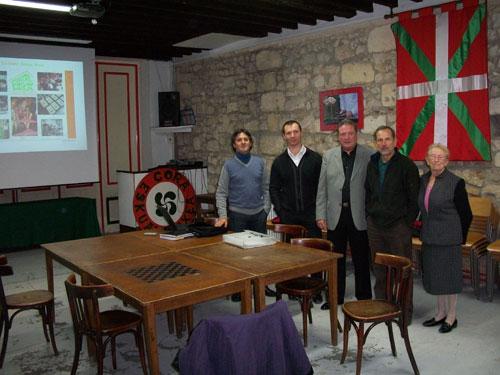 La dirección de la euskal etxea bordelesa en la sede de la entidad, en una imagen tomada el pasado año con motivo de la visita de Julián Celaya y una delegación del Gobierno Vasco a Eskual Etxea de Burdeos