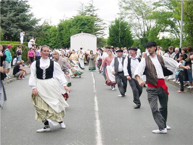 Hendaian basea duen 'Mutxiko' dantzari helduen taldea joan den igandean arituko zen San Frantziskoko 'Basque Cultural Center'en eta aste honetan zehar arituko da Boisen, Jaialdi 2010en.