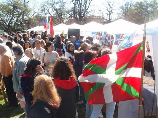 Buenos Aires hiriak antolatutako Immigrantearen jaian bi stand muntatu zituzten euskaldunek (argazkia EuskalKultura.com)
