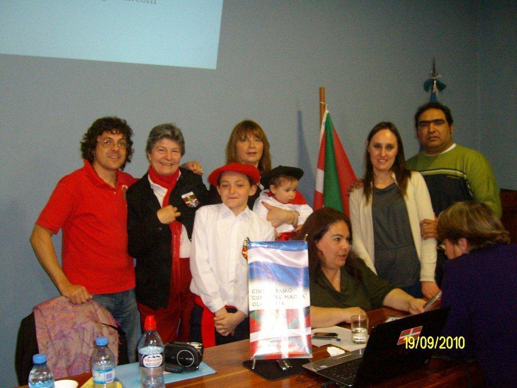 En el centro de la imagen, sentada y charlando tras la charla con una persona de la audiencia, Laura Nobile, con algunos miembros de la colectividad vasca de Laprida y Olavarria (foto MEArrondo)