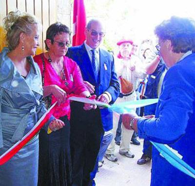 De izquierda a derecha junto a la cinta, Elvira Cortajarena, María Luisa Geiszer, José Antonio Urteaga y María Angeles Oñederra (de espaldas)
