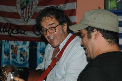 Ruper Ordorika y el trovador cubano Ray Fernandez, actuando durante la cena de la peña AthletiKuba (foto Mikel Marotta)