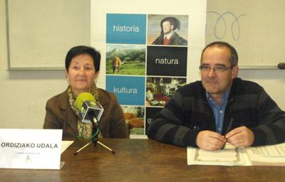 Belen Maiza e Iñaki Hidalgo, del ayuntamiento de Ordizia, durante la presentación de la beca