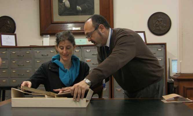 Nuria Vilalta Mitre Museoan, Liburutegiko arduraduna den Raúl Daniel Escandar-ekin (dokumentaleko fotograma)