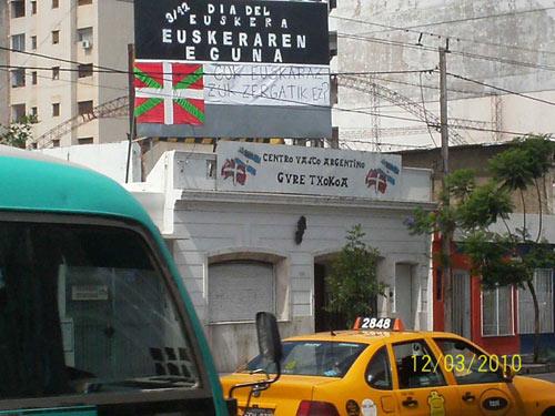 Aspecto del cartel en la azotea del Centro Vasco Gure Txokoa de Córdoba, en Argentina (foto GTEE)