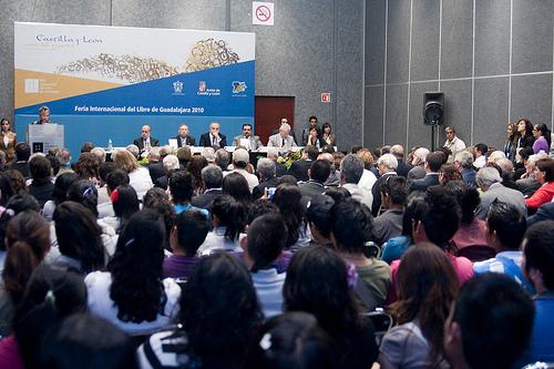 Imagen de uno de los encuentros de la edición 2010 de la Feria de Guadalajara (foto FIL)