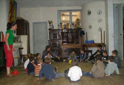 Algunos niños de la Euskal Etxea de Burdeos en una clase del taller de cultura vasca Xitoak (foto BordeleEE)