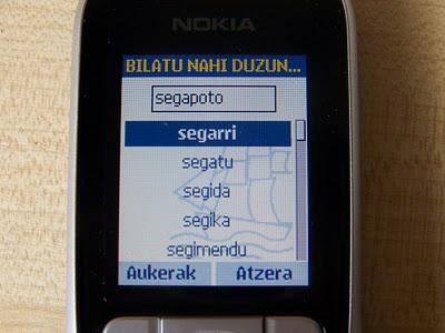 Buscando la palabra segapoto (coloquialmente, celular en euskera) en el diccionario Sakelako Hiztegia (foto Atoan)