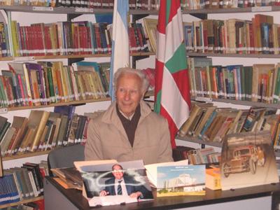 Foto de archivo de 'Palabras Mayores', con el fotógrafo Angel Conema compartiendo su trayectoria vital y profesional en Eusko Aterpea de General Rodríguez