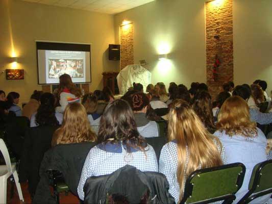 Elena Itcea ofreció su charla  'Picasso: vida y obra del autor del Guernica' en el centro vasco de Arrecifes (foto EE)