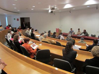 """Vista general de la mesa redonda """"Visiones del arte vasco"""". En el estrado aparecen los ponentes Iñigo Manterola, Taxio Ardanaz y Gorka Larrañaga (foto GLarrañaga)"""