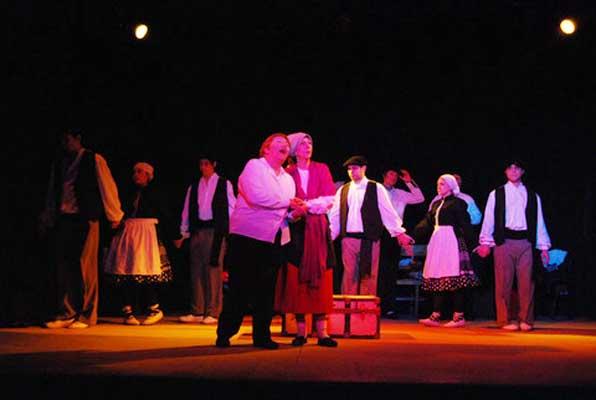 "Grupo de Teatro y Dantzaris de Urrundik representando ""La Huella  Vasca"" (foto UrrundikEE)"