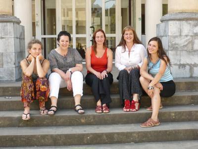 Las alumnas del primer turno, junto a la profesora Marian Bidegain, de Maizpide, y Aizpea Goenaga, directora del Instituto Etxepare (foto Etxepare)
