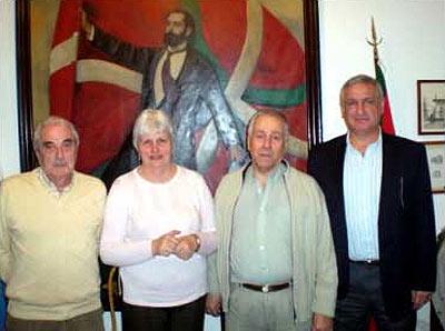Luis Maria Barrandeguy, Nelida Apesteguia, Felipe Eiheragibel eta Enrique Otañok osatutako ordezkaritza (argazkiaEE)