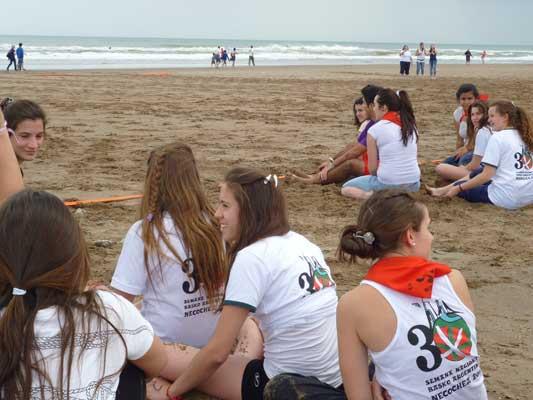 El viernes por la tarde, los jóvenes se concentraron en la playa para participar de los Herri Kirolak (foto EuskalKultura.com)