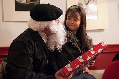 The Olentzero was handing out gifts and smiles to the children at New York's Basque club (photos Koitz)