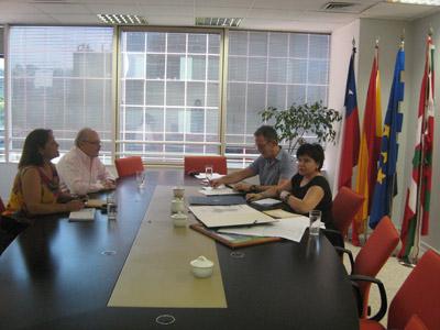 Santiagoko Euskadiko ordezkaritzan egin zen bileran: Imanol Carredano (Colectividad Vasca de Chile-ko presidentea), Kinku Zinkunegi (HABE) eta Ana Urchuegia ordezkaria