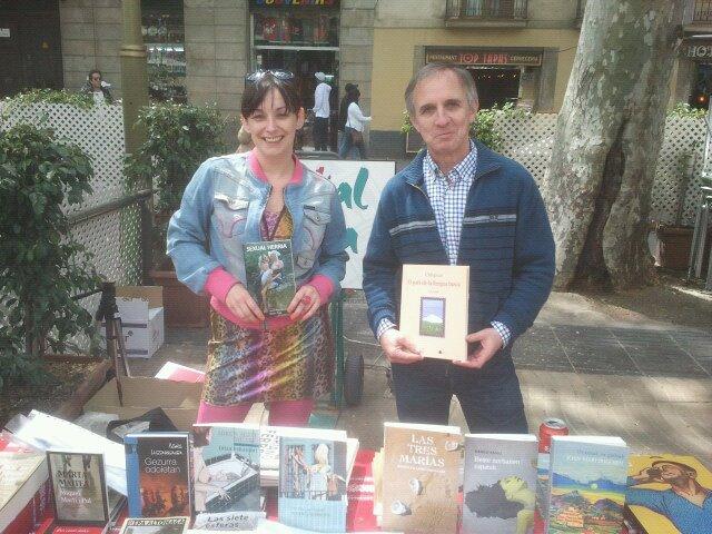 """La periodista Itziar Ziga y el escritor Xamar, autor de """"Orhipean"""", estuvieron firmando ejemplares en el stand de Euskal Etxea en Las Ramblas, en el Día del Libro (foto BCNEE)"""