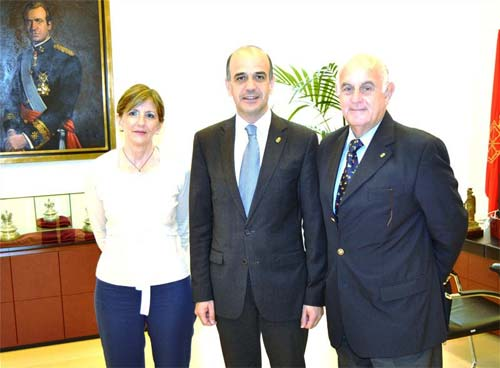 Rosa Mary Ibañez, Alberto Catalan eta Crisanto Ayanz joan den asteartean Nafarroako Parlamentuan eginiko elkarrizketan (argazkia NFP)